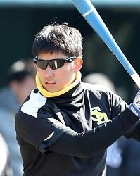 特殊なサングラスを着けてティー打撃を行う上林選手