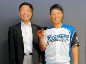日ハム、近藤選手(右)と㈱ビジョナップ代表取締役、田村哲也(左)