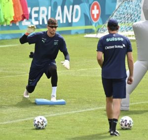 サッカー UEFA EURO 202ヨーロッパ選手権 試合前にVisionupでトレーニングするスイスGK